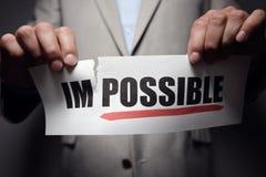 Déchirant le mot impossible de faire la motivation de possibe Image stock