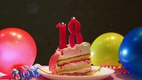 Décimo octava torta de cumpleaños feliz y número rosado dieciocho velas con los globos almacen de metraje de vídeo