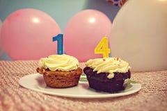 Décimo quarto queque do aniversário com os balões cor-de-rosa e brancos, cor pastel Imagem de Stock