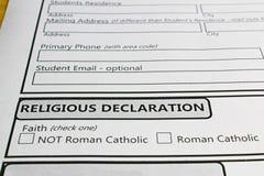 Déclarant ceux foi afin d'aller à une école catholique images stock