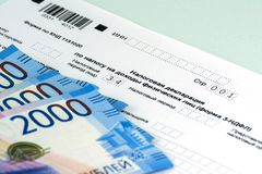 Déclaration annuelle russe d'impôts des impôts des personnes La forme 3-NDFL Quelques notes russes sont sur la feuille de la décl images libres de droits