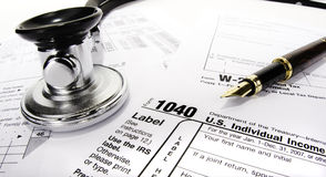 Déclaration d'impôt avec le stéthoscope photo stock