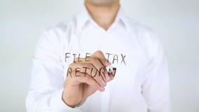 Déclaration d'impôt de dossier, écriture d'homme sur le verre photo libre de droits