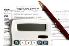 Déclaration d'impôt EZ avec la calculatrice et le crayon lecteur Photo stock