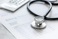 Déclaration de facturation pour pour le service médical à l'arrière-plan de bureau du ` s de docteur images libres de droits