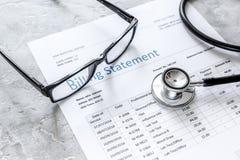 Déclaration de facturation pour pour le service médical à l'arrière-plan de bureau du ` s de docteur photographie stock libre de droits