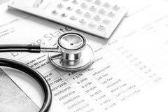 Déclaration de facturation de soins de santé avec le stéthoscope du ` s de docteur sur la pierre image stock