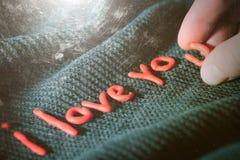 Déclaration de l'amour des lettres décoratives sur un fond noir Photo stock