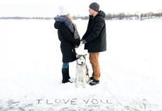 Déclaration de l'amour sur la neige et les chiens de traîneau sibériens Image libre de droits