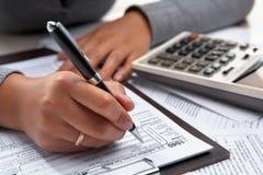 Déclaration de l'impôt 1040 remplissante Photographie stock libre de droits