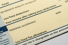 Déclaration de revenu personnel montrant des chiffres de revenu et d'impôts pour la déclaration d'impôt BRITANNIQUE Photographie stock libre de droits