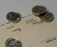 Déclaration de revenu personnel montrant des chiffres de revenu et d'impôts pour la déclaration d'impôt BRITANNIQUE Image stock