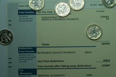 Déclaration de revenu personnel montrant des chiffres de revenu et d'impôts pour la déclaration d'impôt BRITANNIQUE Photo stock