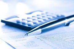 Déclaration et calculatrice d'impôt photographie stock