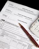 Déclarations d'impôt avec la calculatrice et le crayon lecteur Image stock