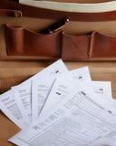 Déclarations d'impôt dans une serviette en cuir Photographie stock libre de droits