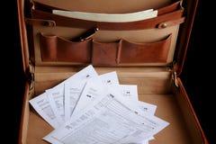 Déclarations d'impôt dans une serviette en cuir Image libre de droits