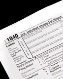 Déclarations d'impôt sur le fond noir Photo stock