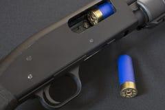Déclencheur et fusil de chasse ouvert d'action de pompe de boulon photo stock