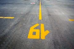 Déclenchez la disposition sur l'asphalte dans le terminal d'aéroport Photos stock