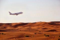 Décollage au-dessus de désert Photographie stock