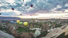 Décollage chaud de ballons à air au lever de soleil dans Cappadocia banque de vidéos