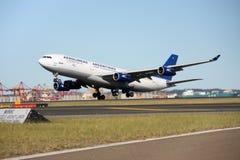 Décollage d'Aerolineas Argentinas Airbus A340. image libre de droits