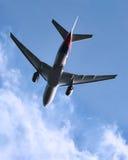 Décollage d'avion à réaction images stock