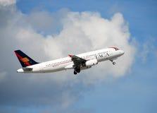 Décollage d'avion de passagers du TACA Images libres de droits