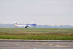 Décollage d'avions commerciaux Photos stock