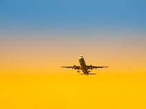 Décollage d'avions d'aéroport au temps de coucher du soleil Transport d'air et partir sur le thème de vacances Images stock