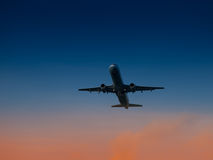 Décollage d'avions d'aéroport au temps de coucher du soleil Transport d'air et thème durant la nuit de vol Photographie stock