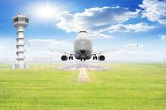 Décollage d'avions de transport de passagers sur la piste avec le contrôle du trafic aérien à Image stock