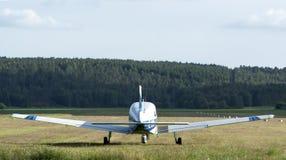 Décollage d'avions Fond de forêt photographie stock