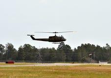 Décollage d'hélicoptère au-dessus de champ Image stock