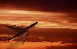 Décollage de coucher du soleil d'avion Photographie stock libre de droits
