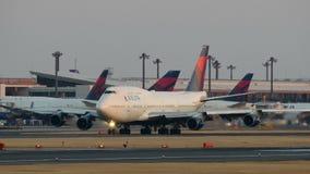 Décollage de Delta Airlines Boeing B747 à Narita banque de vidéos