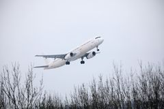 Décollage de Jet2 Airbus A321-200 YL-LCV Photo stock