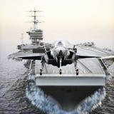 Décollage de jet de transporteur Les avions avancés voyagent en jet le décollage d'un porte-avions de marine Photographie stock