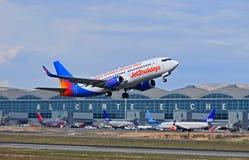 Décollage de l'avion de passagers Jet2 d'aéroport d'Alicante Image stock