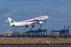 Décollage de Malaysia Airlines Airbus A330 photographie stock libre de droits