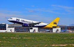 Décollage de Monarch Airlines d'avions de transport de passagers Image stock