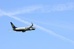 Décollage de Ryanair Boeing 737 d'aéroport de Luton Photographie stock libre de droits