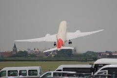 Décollage impressionnant par Boeing 787 au salon de l'aéronautique 2013 de Paris photographie stock libre de droits