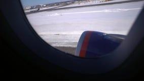 décollage La vue de la fenêtre d'avion banque de vidéos