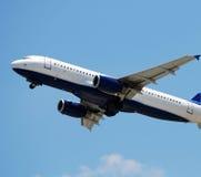 Décollage moderne d'avion d'avion à réaction Photographie stock libre de droits