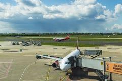 Décollage plat à l'aéroport de Dusseldorf, Allemagne Image stock