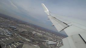 Décollage plat de l'aéroport, vue par une fenêtre d'avion clips vidéos