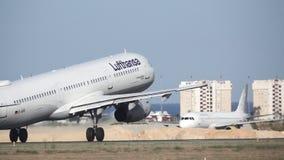 Décollage plat de Lufthansa Airbus a321 dans le mouvement lent superbe banque de vidéos