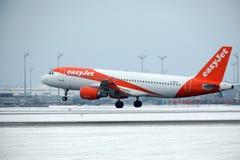 Décollages d'EasyJet Airbus A320-200 G-EZUJ dans l'aéroport de Munich Photos stock